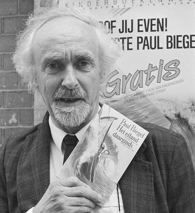 Paul Biegel met het kinderboekenweekgeschenk van 1989